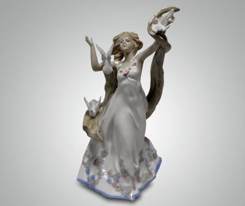 Статуэтка ''Девушка с голубями''
