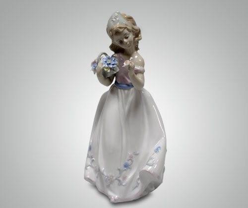 Статуэтка ''Девушка с цветами''