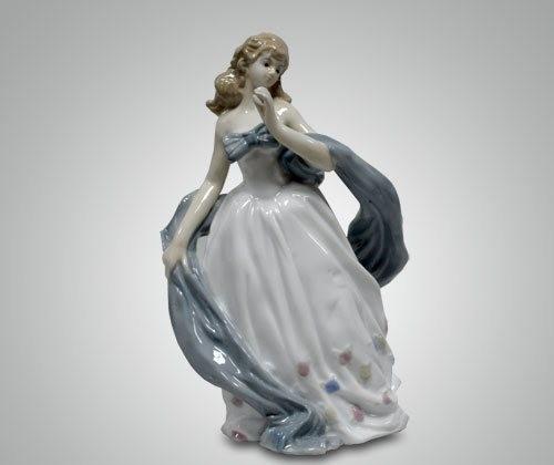 Статуэтка ''Девушка с шарфом''