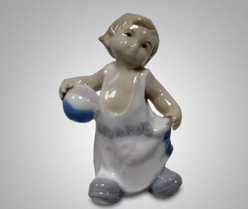 Статуэтка ''Малыш с мячом''